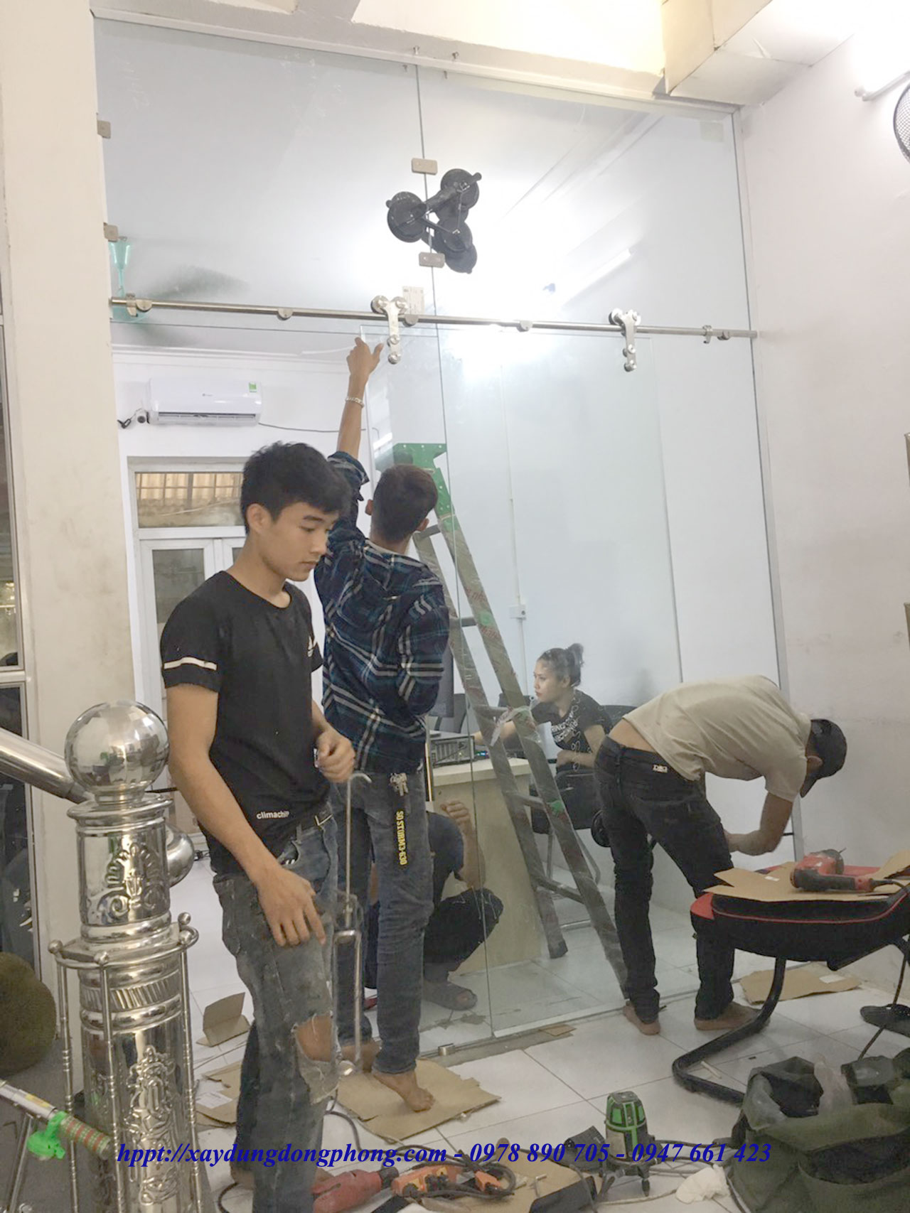 Cua Kinh Cuong Luc Mo Quay4