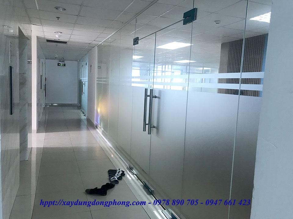 Vách kính ngăn phòng mang lại không gian làm việc chuyên nghiệp